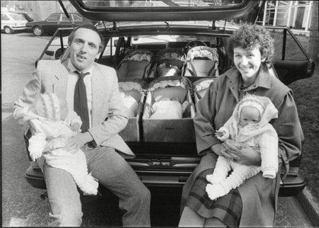 Janet e Graham Walton com as seis gêmeas