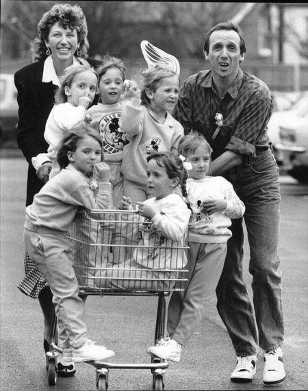Família com as seis gêmeas