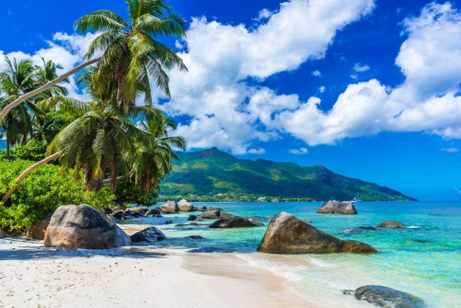 Seychelles tem praias de areia branca e águas incrivelmente azuis