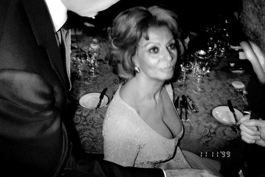 Foto informal em preto e branco de Sophia Loren