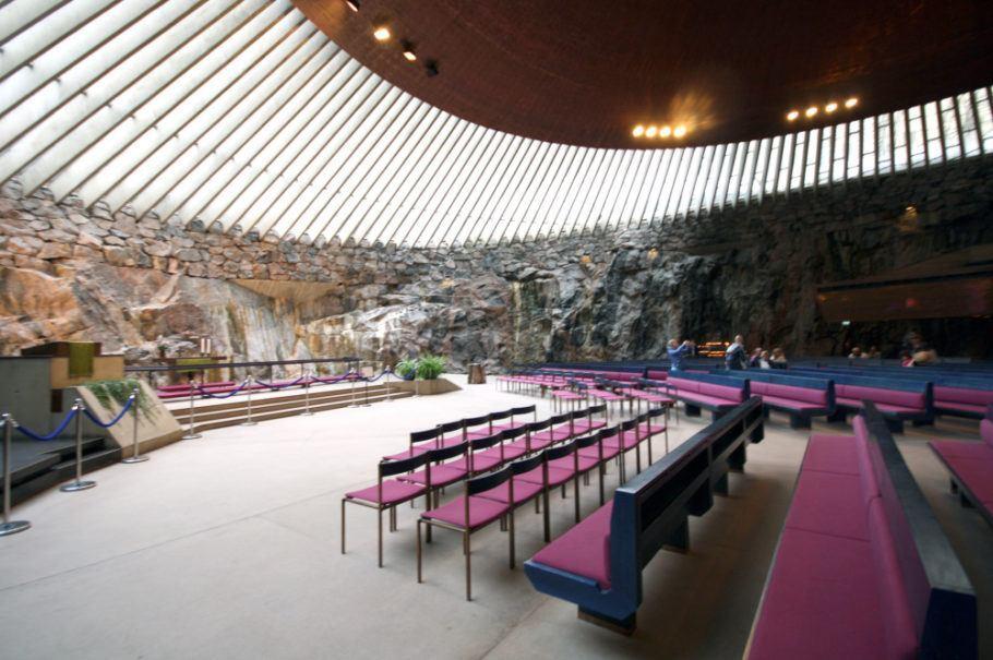 Para quem curte arquitetura, a igreja de Temppeliaukion kirkko é uma atração imperdível em Helsinque