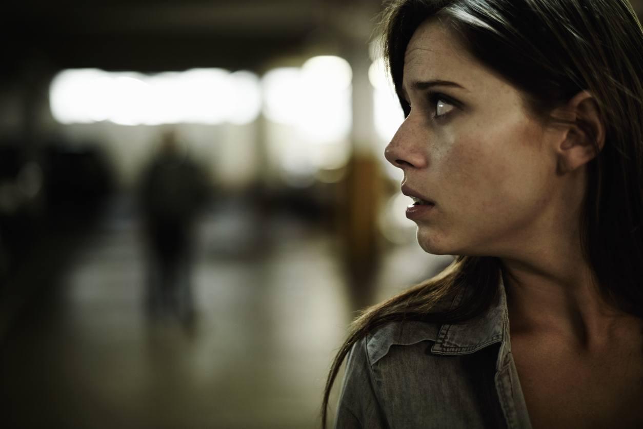 mulher olhando de lado com cara de pavor