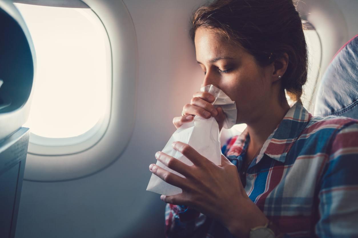 mulher respirando em um saco de papel