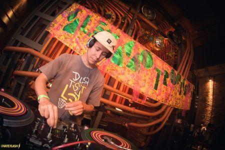 DJ PG discotecando na festa Calefação Tropicaos