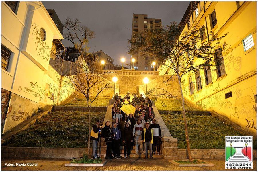 Foto noturna na Escadaria do Bixiga com um grupo de pessoas que fez uma caminhada noturna