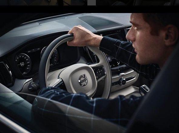 homem dentro de um carro