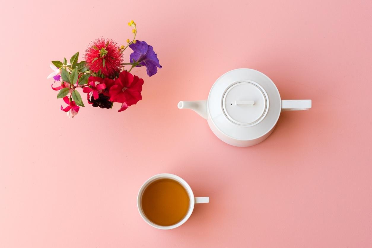 chá na mesa com chaleira e xícara
