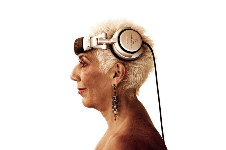 DJ Sonia Abreu retratada de perfil, com fones de ouvido