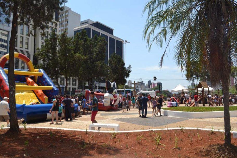 Praça com brinquedos infláveis para o Festival de Aniversário do Bixiga