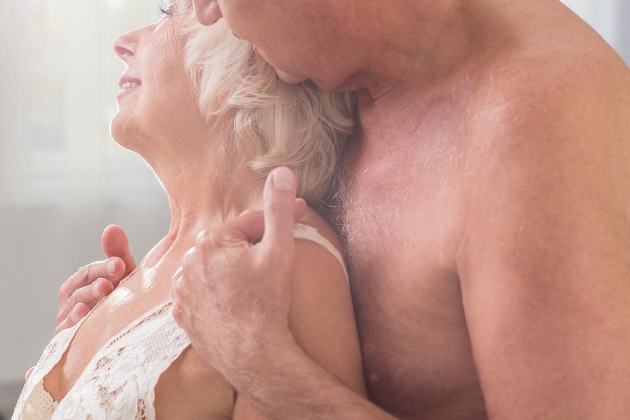 casal de idosos abraçados