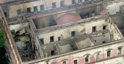 Durante incêndio, funcionários tentam salvar Museu Nacional