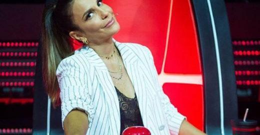 Ivete Sangalo é flagrada usando celular no The Voice e viraliza