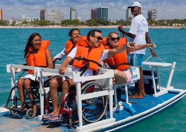cadeirantes dentro de jangadas com cadeiras de rodas