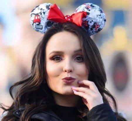 2dc11acd1df24 Fãs apontam  maldição  em viagem de Larissa Manoela para a Disney