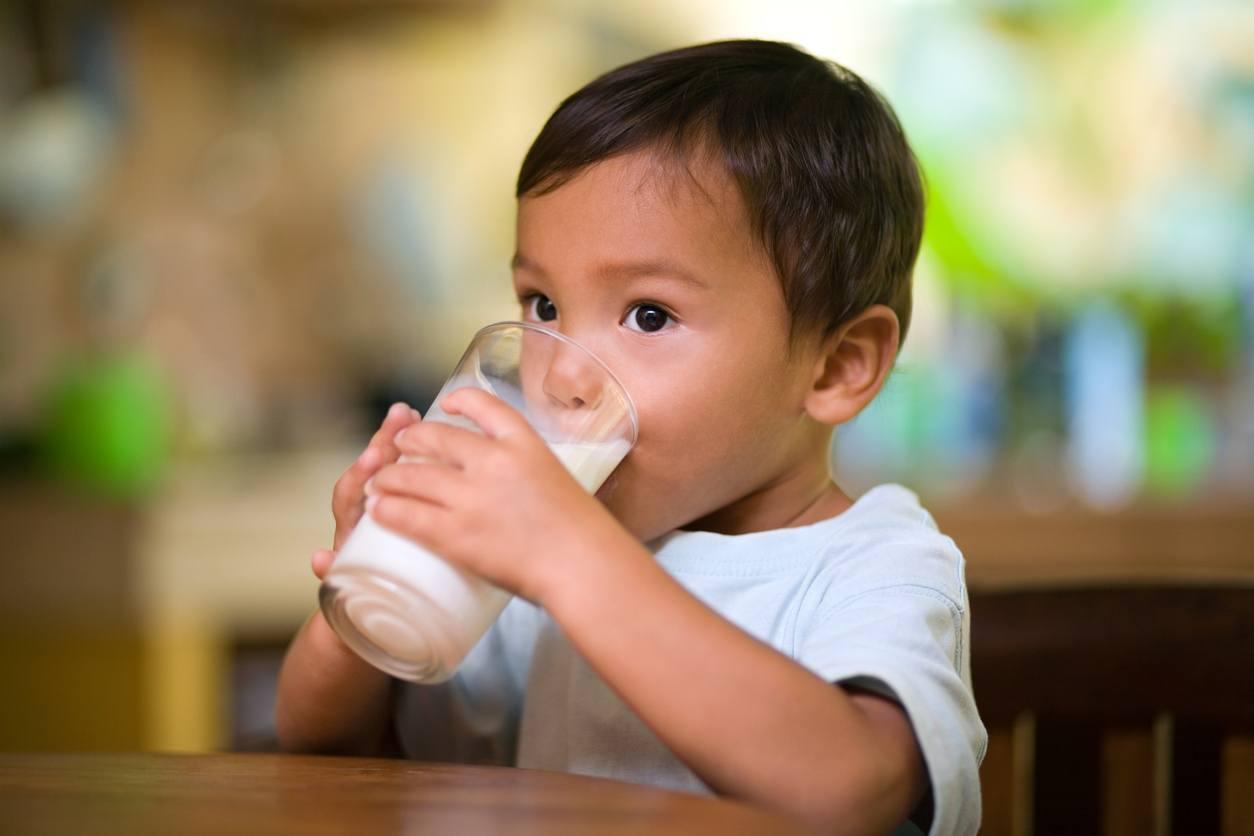 menino bebendo leite