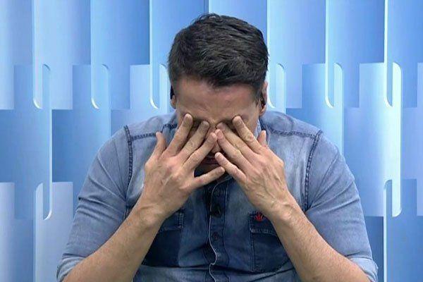 Leo Dias chora durante programa