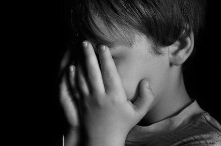 menino de 9 anos expulso de casa