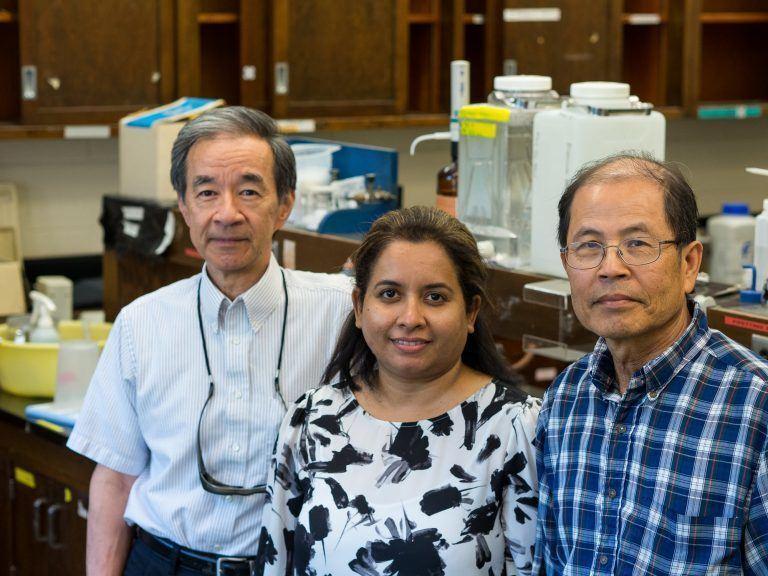 A equipe da reciclagem de óleo de cozinha: o professor Victor Lo e os pesquisadores Asha Srinivasan e Ping Liao