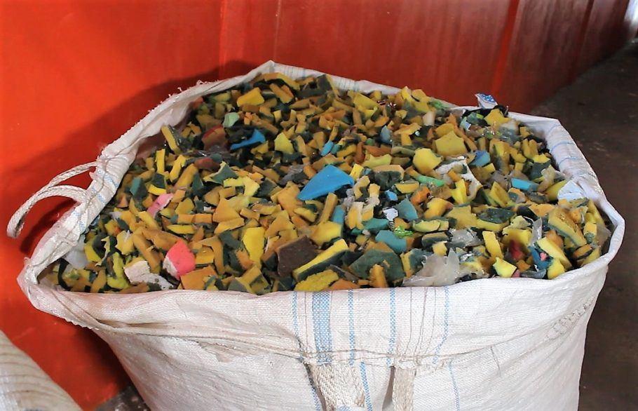 360 milhões de esponjas de limpeza são produzidas anualmente e descartadas no lixo comum no Brasil