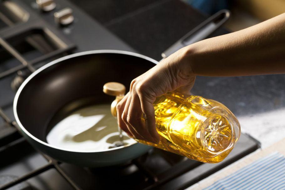 200 milhões de litros de resíduos de óleo de cozinha que são gerados mensalmente no Brasil