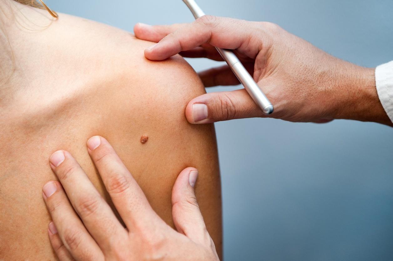 dermatologista atendendo paciente