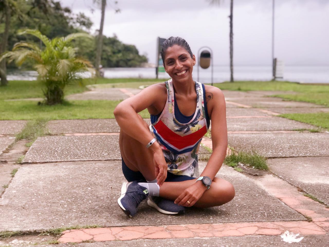 corredora sentada com roupas de corrida