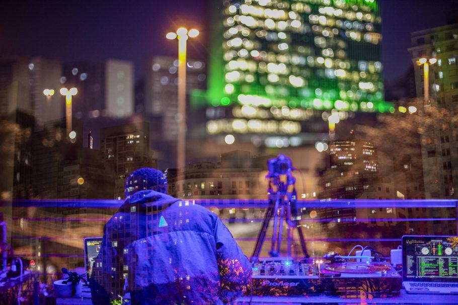 DJ discotecando na Red Bull Station