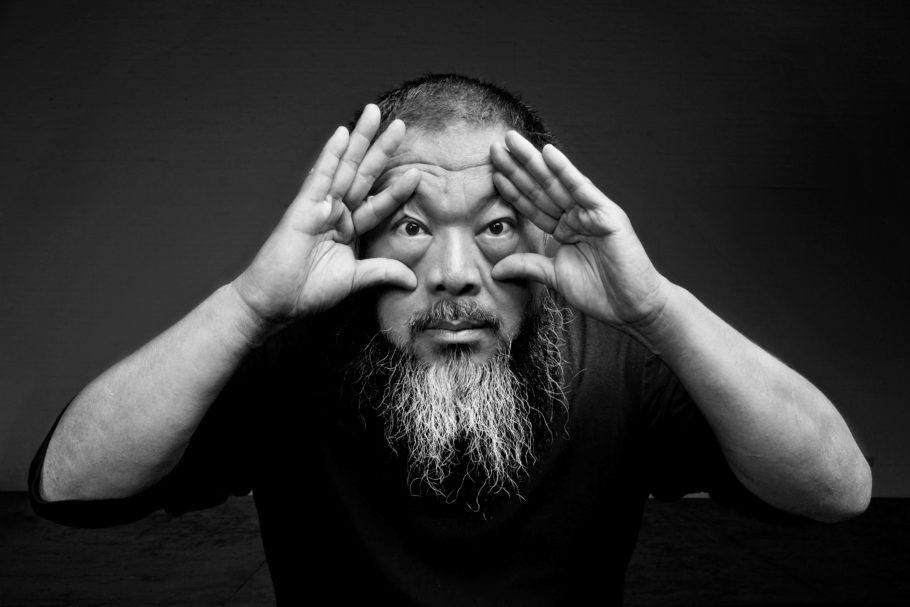 Foto em preto e branco do artista Ai Wei Wei