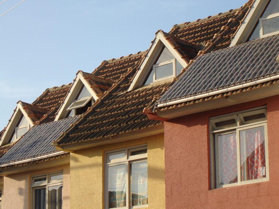 Coletores de calor solar, que integram o sistema do aquecedor solar feito com garrafas PET e embalagens longa-vida