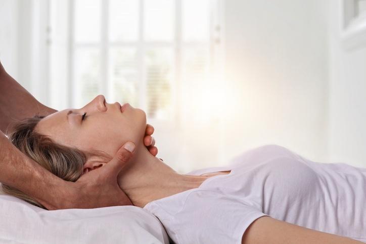 mulher deitada fazendo fisioterapia