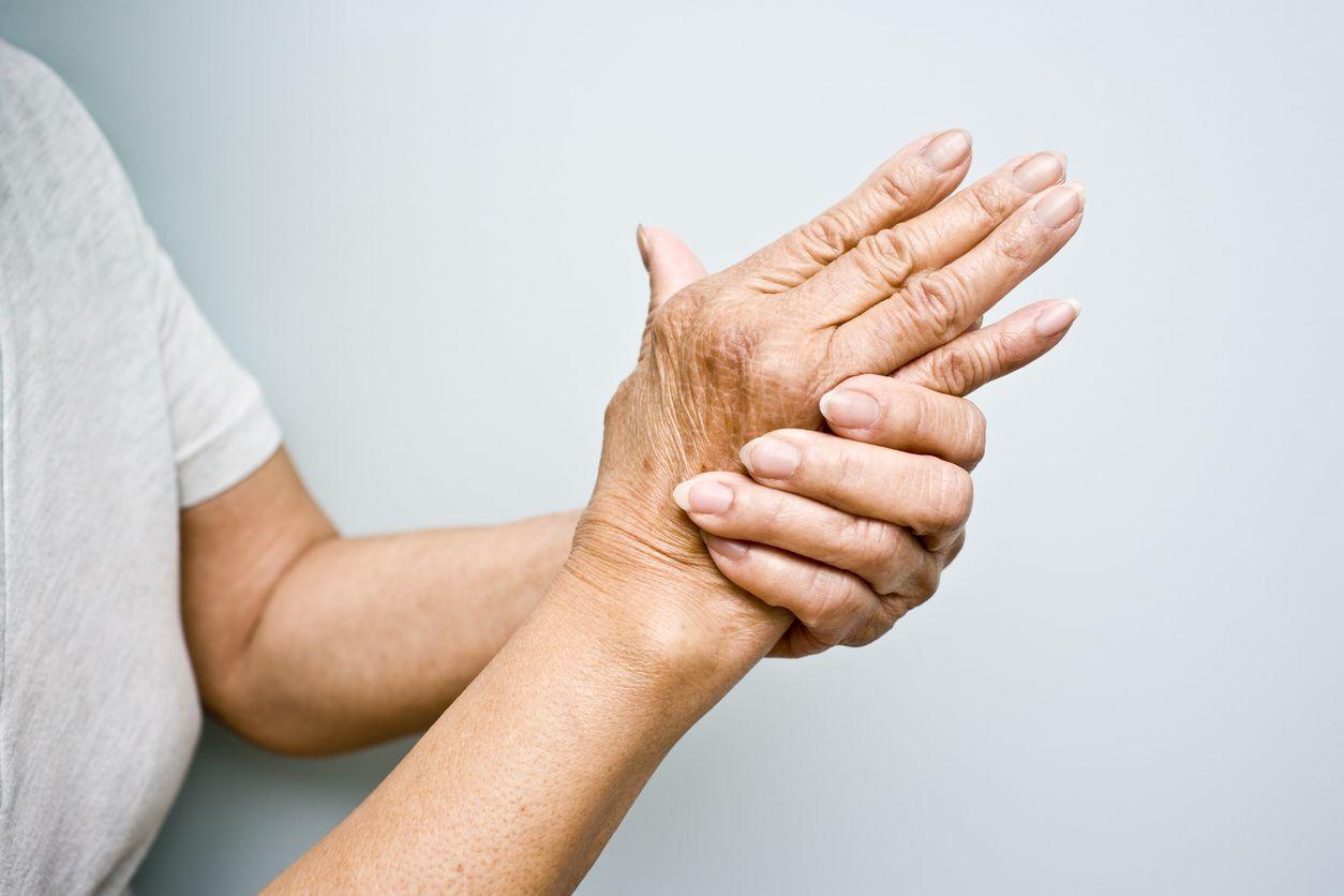 mulher segurando a mão