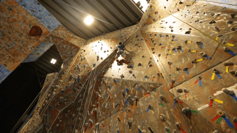 A Casa de Pedra conta com paredões com diferentes níveis de escalada, o que faz com que qualquer pessoa possa praticar o esporte
