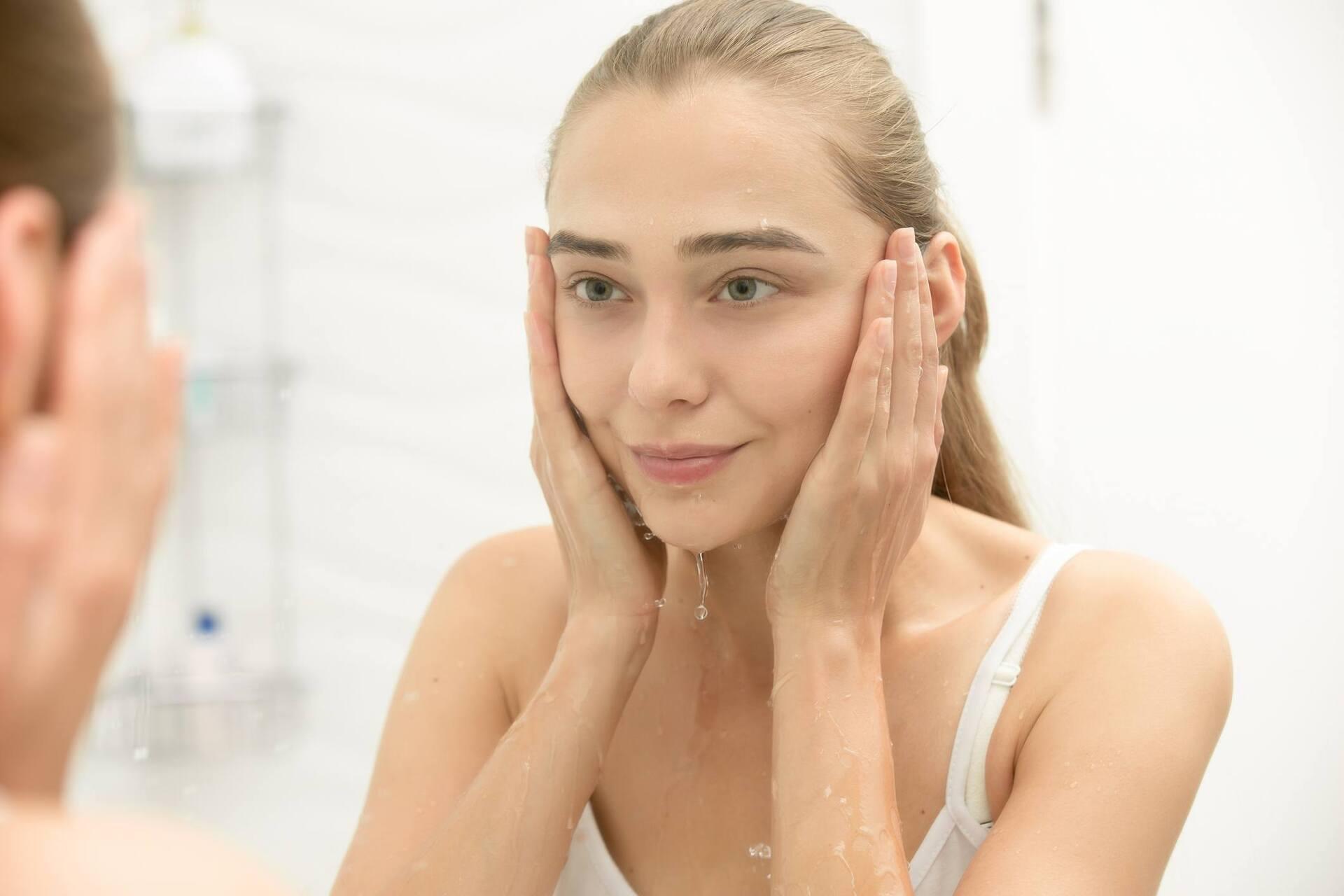 Menina lavando o rosto