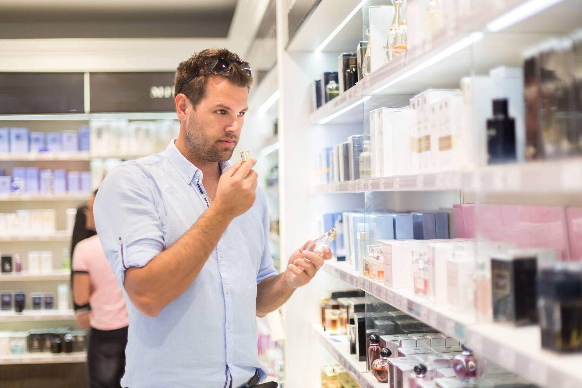 Homem comprando perfume