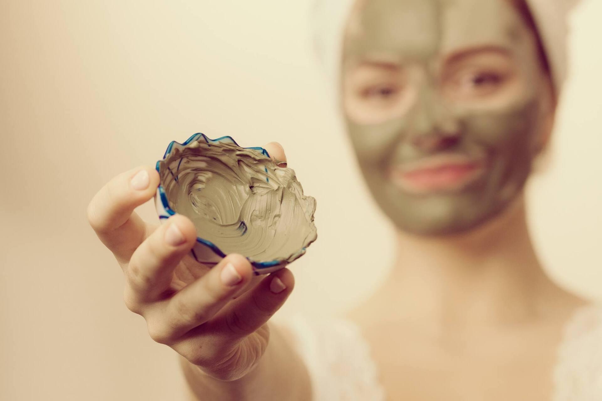 Como usar argila no rosto e no cabelo