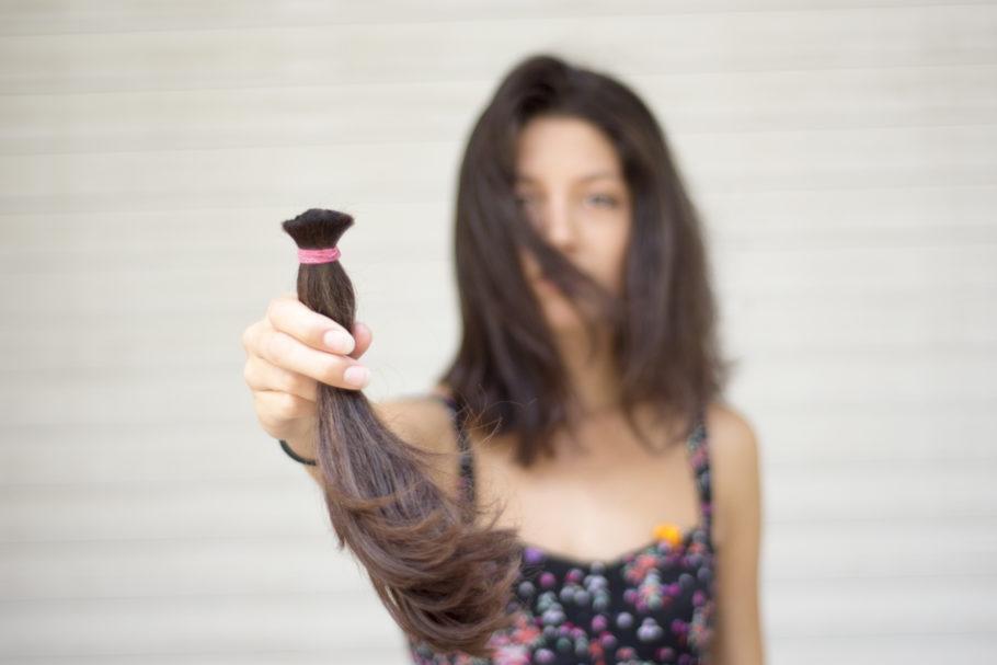 mulher com uma mecha de cabelo cortada
