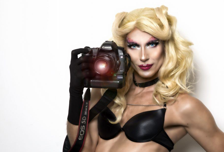 Drag queen Betina Polaroid segurando uma câmera polaroird