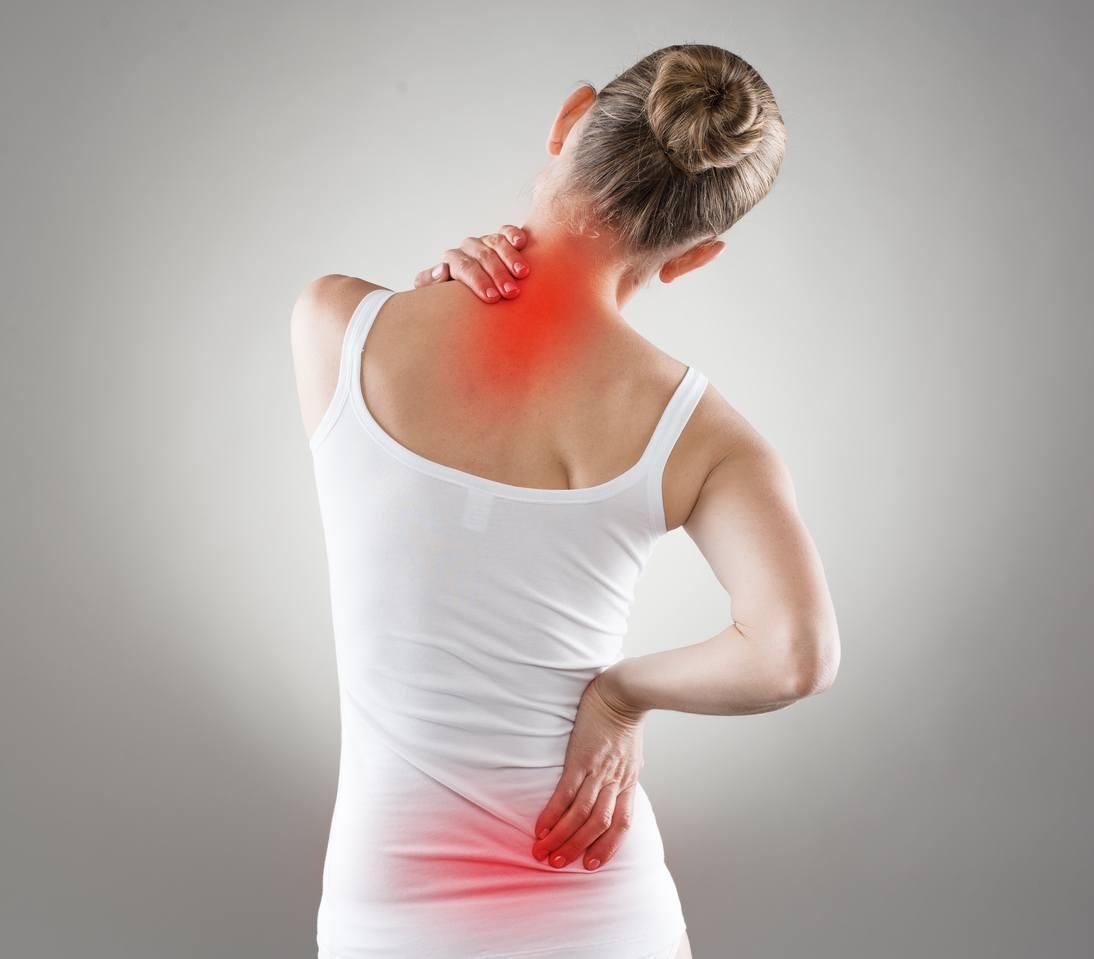 mulher aparentemente com dores nas costas