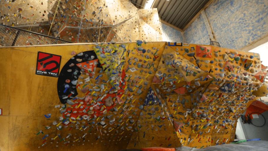 Parede negativa da Casa de Pedra, um desafio até para os escaladores mais experientes