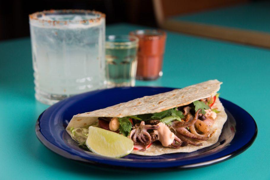 Taco e marguerita servida no festival de comida mexicana