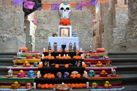 Decoração da festa conta com a Ofrenda de Día de Muertos: um altar oferecido aos que retornam, inspirado nos que são feitos em lares mexicanos
