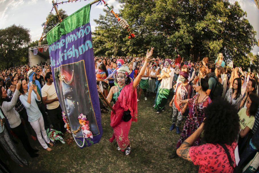 Integrante do Pena de Pavão carrega bandeira entre o público na Virada Zen