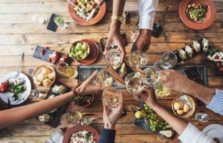 mesa de jantar com amigos brindando