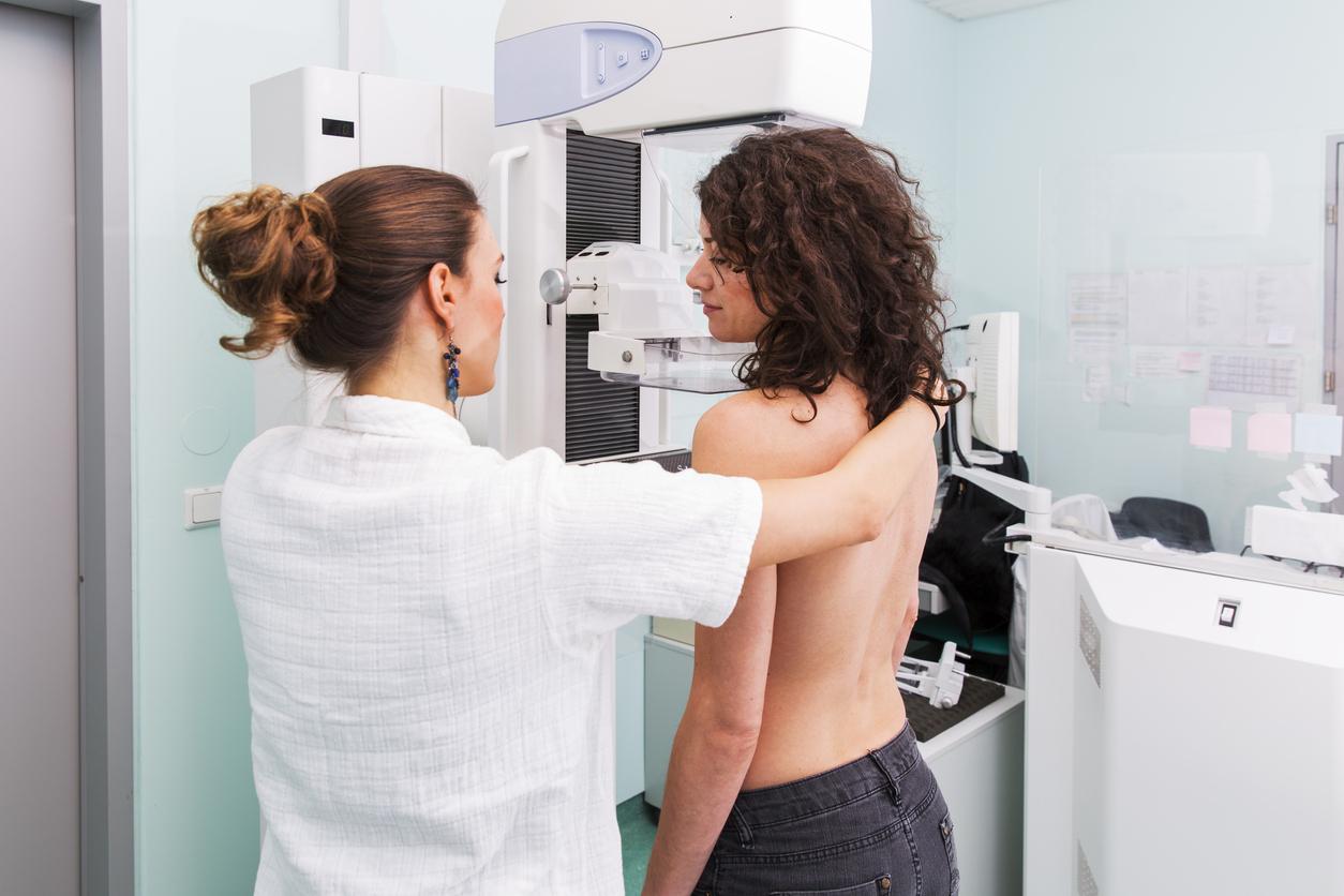 mulher fazendo o exame de mama
