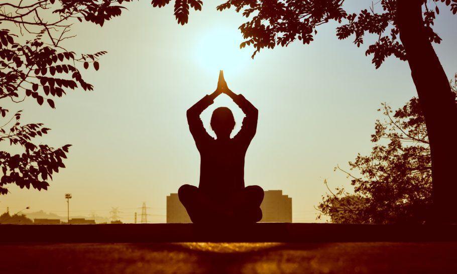 Pessoa meditando ao ar livre