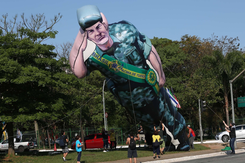 Boneco inflável do general Mourão