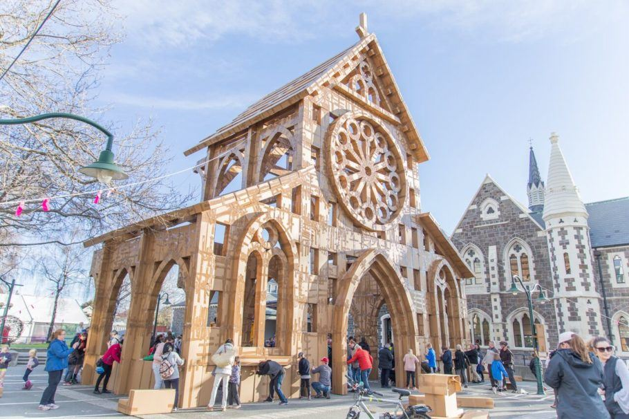 réplica de catedral em papelão