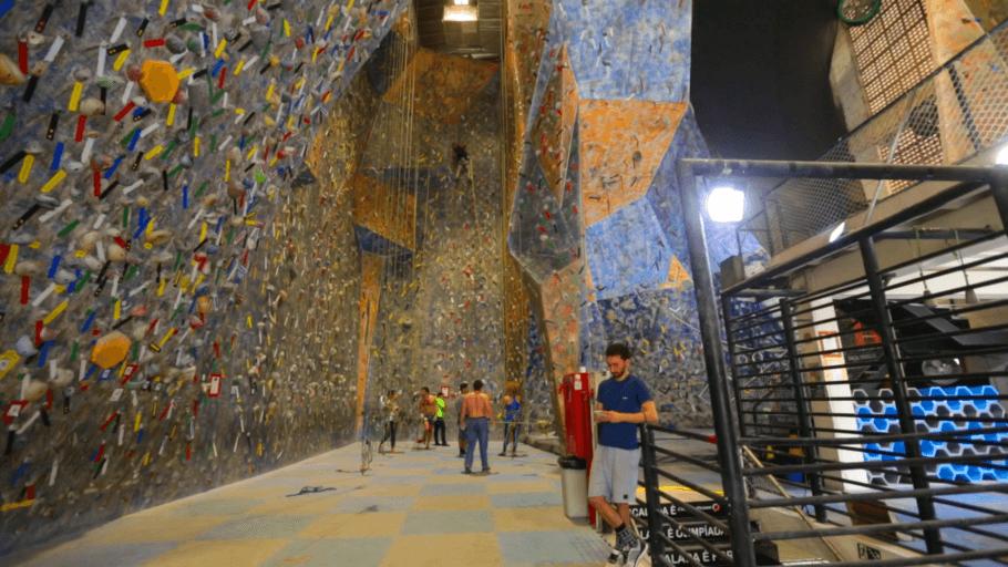 Ambiente com paredes de escalada da Casa de Pedra, na Vila Pompéia