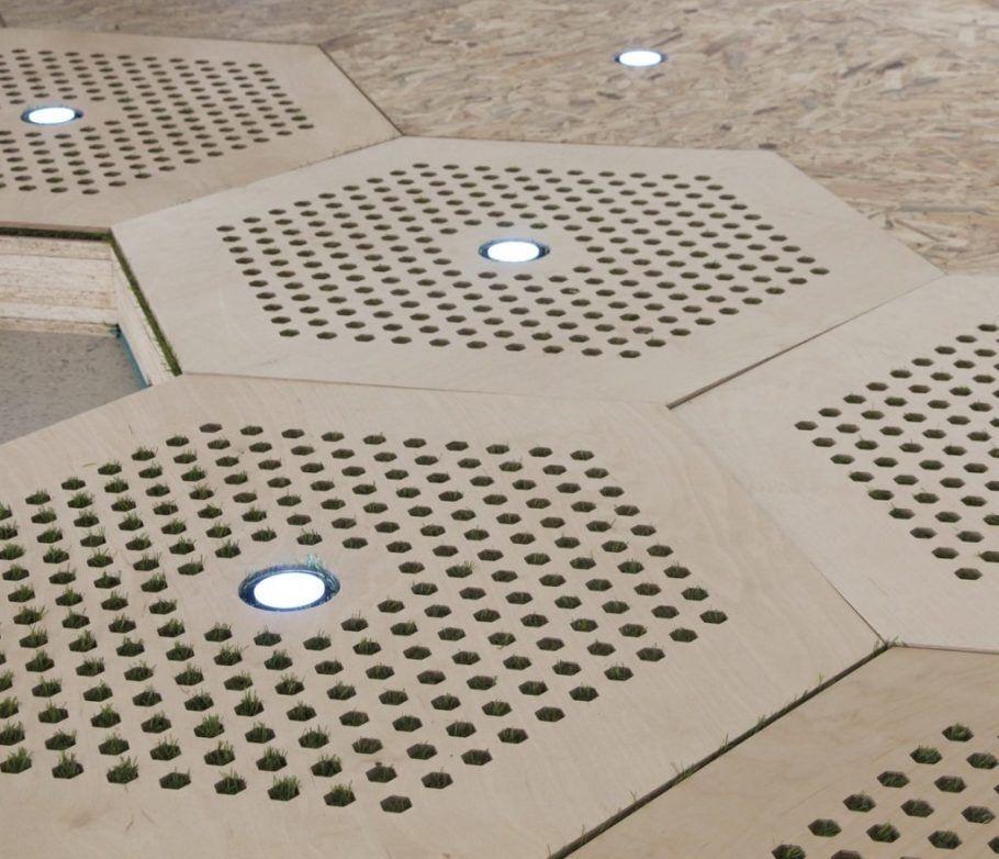 O pavimento flexível possui iluminação embutida e entrada para equipamentos urbanos, como postes de luz