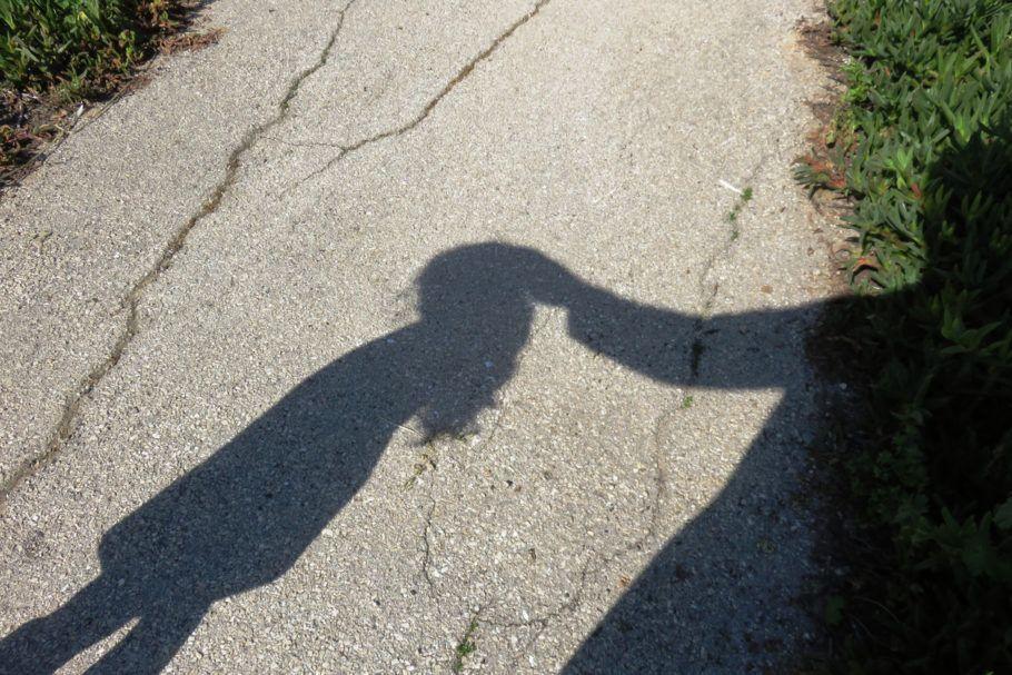 sombra de criança e adulto
